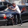 Venu à la rescousse, Gavin Rossdale aide sa femme Gwen Stefani a sortir du parking. Studio City, Los Angeles, le 13 octobre 2012.