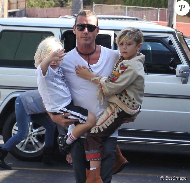 Papa musclor, Gavin Rossdale porte ses deux fils de 6 et 4 ans dans ses bras.Studio City, Los Angeles, le 13 octobre 2012.