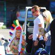 Kingston en costume d'indien, profite d'Halloween avant l'heure avec son père Gavin Rossdale et Gwen Stefani. Los Angeles, le 13 octobre 2012.