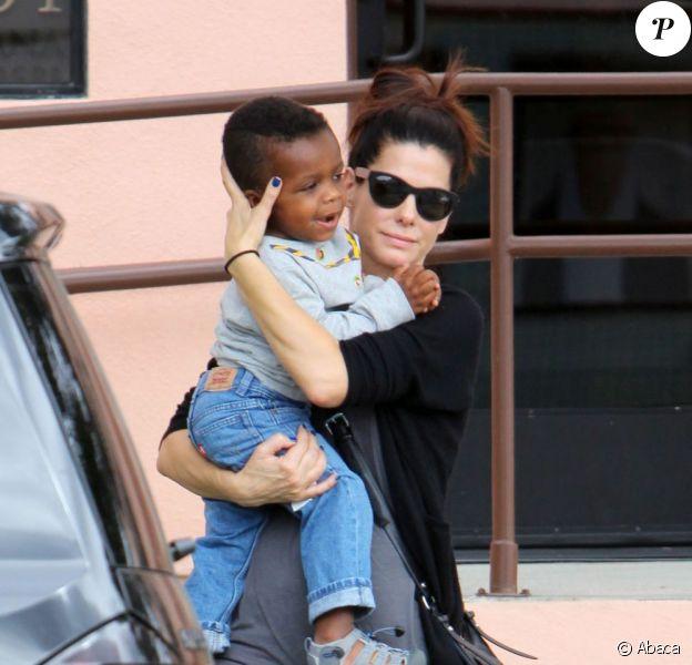 Sandra Bullock et son petit garçon Louis à Los Angeles le 18 octobre 2012.