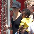 Sandra Bullock va chercher son fils Louis à la sortie de son école à Los Angeles le 8 mai 2012.
