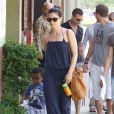 Sandra Bullock emmène son fils Louis faire quelques achats chez les antiquaires à Los Angeles, le 28 avril 2012.