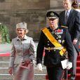Le roi Harald V et la reine Sonja de Norvège sortant de la cathédrale Notre-Dame de Luxembourg où le prince Guillaume et Stéphanie de Lannoy viennent de se marier, le 20 octobre 2012.