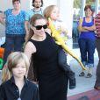 Angelina Jolie emmène trois de ses enfants faire du shopping pour Halloween le 28 octobre 2012 à Sherman Oaks en Californie dans le magasin Party City : l'aînée Shiloh affiche son look de garçon manqué