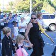 Angelina Jolie emmène trois de ses enfants faire du shopping pour Halloween le 28 octobre 2012 à Sherman Oaks en Californie dans le magasin Party City