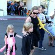 Angelina Jolie emmène trois de ses enfants faire du shopping pour Halloween le 28 octobre 2012 à Sherman Oaks en Californie dans le magasin Party City : elle porte dans ses bras son fils Knox