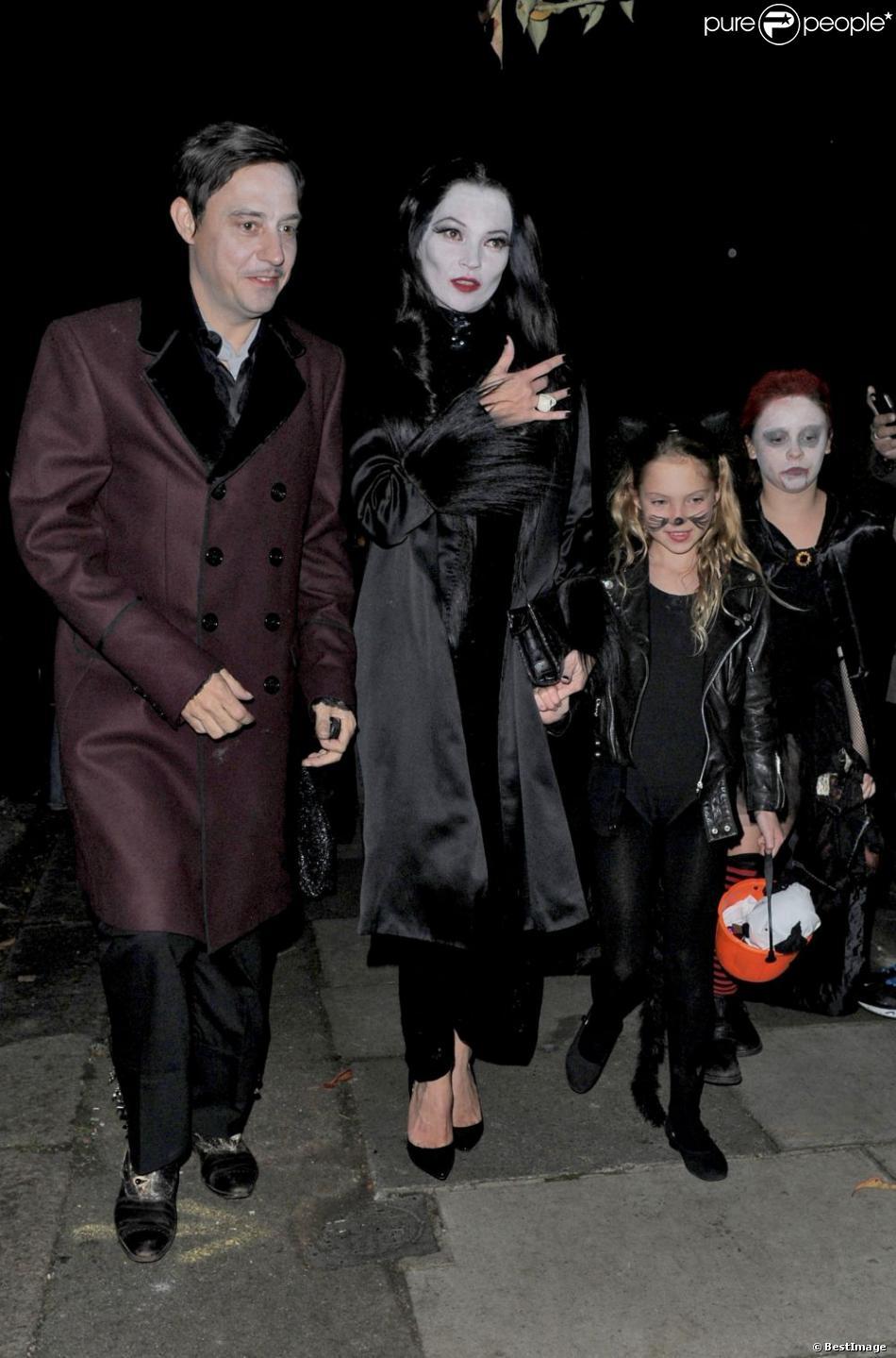 Kate Moss, sa fille Lila Grace, et son mari Jamie Hince à la soirée Halloween de Jonathan Ross à Londres, le 31 octobre 2012.
