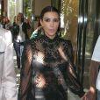 Kim Kardashian et sa soeur Kourtney vont faire du shopping à Miami avec leurs compagnons respectifs, Kanye West et Scott Disick, le 31 octobre 2012.