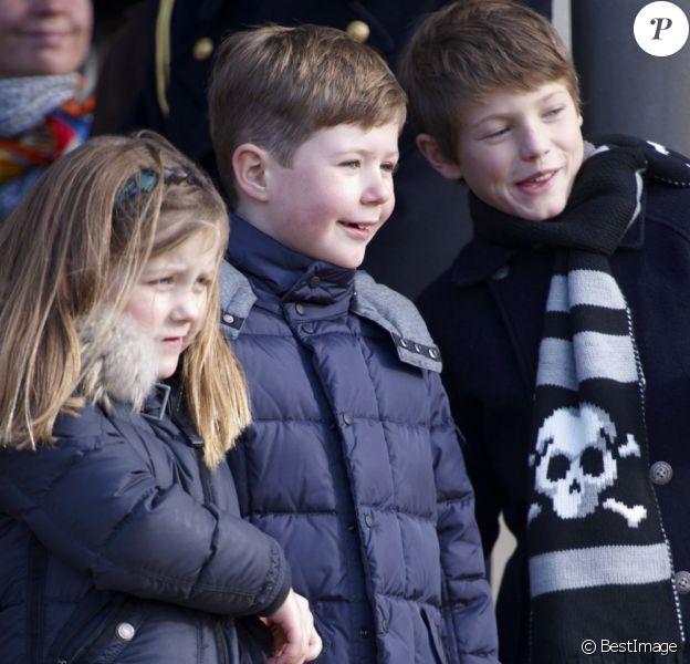 Christian, Felix et Isabella de Danemark observant l'édition 2012 de la chasse Hubertus (Hubertusjagt) avec leur grand-père le prince consort Henrik de Danemark, le 4 novembre 2012 au palais Eremitage, dans la forêt Dyrehaven.