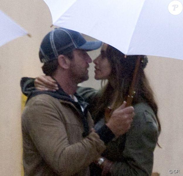 L'actrice Madalina Ghenea et l'acteur anglais Gerard Butler s'embrassent sous la pluie dans le Sud de la France où la jeune femme tourne actuellement Dom Hemingway. Photo prise le 23 octobre 2012.