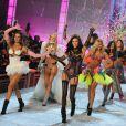Alessandra Ambrosio et Adriana Lima menaient le final lors du défilé Victoria's Secret à New York, le 9 novembre 2011.