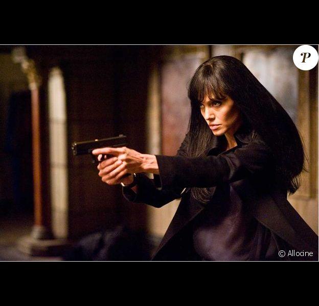 """5 ans avant de tenir le premier rôle de Salt, Angelina Jolie refuse James Bond préférant jouer elle-même l'héroïne plutôt qu'un """"sidekick sexy""""."""