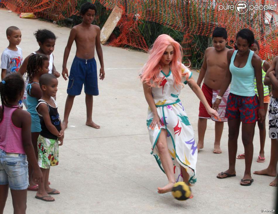 Lady Gaga joue au football avec les enfants de la favela de Cantagalo au Brésil, le 8 novembre 2012.