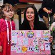Catherine Zeta-Jones avec Neve Ritchie, 6 ans et pensionnaire du Noah's Ark Children's Hospital of Wales, le 9 novembre 2012.