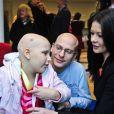 Catherine Zeta-Jones aux côtés de la petite Phoebe Taylor, 9 ans au Noah's Ark Children's Hospital of Wales, le 9 novembre 2012.