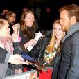 Ewan McGregor parle aux fans lors de l'avant-première britannique de The Impossible au BFI Imax de Londres, le 19 novembre 2012.