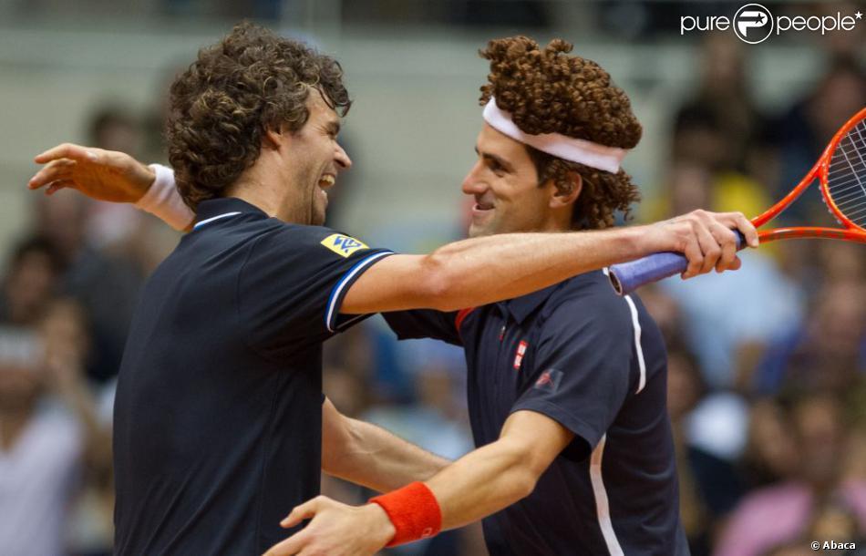 Novak Djokovic a réalisé une parfaite imitation de Gustavo Kuerten lors d'un match exhibition à Rio de Janeiro, le 17 novembre 2012