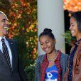 Barack, Sasha et Malia Obama dans les jardins de la Maison Blanche pour la présentation de la dinde nationale de Thanksgiving. Le 21 novembre 2012