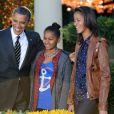 Barack, Sasha et Malia Obama dans les jardins de la Maison Blanche pour la présentation de la dinde nationale de Thanksgiving qui a été graciée. Le 21 novembre 2012