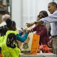 Barack, Michelle, Sasha et Malia Obama distribuent de la nourriture pour Thanksgiving le 21 novembre 2012