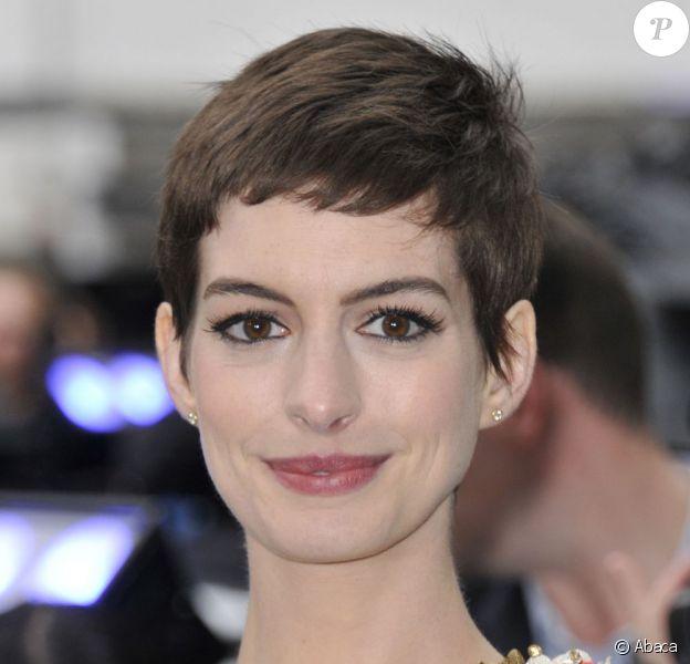 Anne Hathaway affiche sa coupe garçonne lors de la première de The Dark Knight Rises, le 18 juillet 2012.