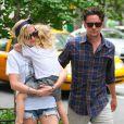 Ashlee Simpson quitte un restaurant avec son chéri Vincent Piazza et son fils Bronx à New York le 25 juillet 2012.
