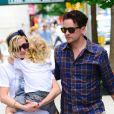 Ashlee Simpson quitte un restaurant avec Vincent Piazza et son fils Bronx à New York le 25 juillet 2012.