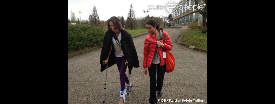 Déborah Trichet, Miss Champagne-Ardenne, blessée à la cheville marche à l'aide de béquilles - photo postée par Sylvie Tellier sur Twitter le mardi 27 novembre 2012