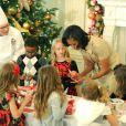 Michelle Obama a dévoilé les décorations de Noël de la Maison Blanche en présence d'enfants de militaires, le 28 novembre 2012 à Washington. Ensemble ils ont réalisé quelques sucreries.