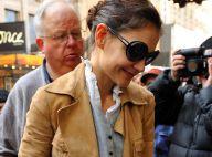Katie Holmes : Elégante et cachée derrière ses lunettes de soleil à Broadway