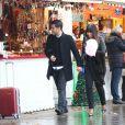 EXCLU - Photo ne pouvant être reproduite - David et Siam de Qui veut épouser mon fils ?, saison 2, au marché de Noël des Champs-Elysées à Paris en novembre 2012 à Paris