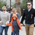 Reese Witherspoon, son mari Jim Toth, et ses enfants Ava et Deacon vont déjeuner au restaurant à Venice, le 2 décembre 2012. L'actrice semble avoir perdu ses kilos post-grossesse.