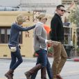Reese Witherspoon, son mari Jim Toth, et ses enfants Ava et Deacon vont déjeuner au restaurant à Venice, le 2 décembre 2012.