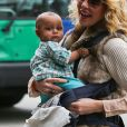 La sympathique Katherine Heigl et sa petite Adalaide à l'aéroport de Los Angeles, le 2 décembre 2012