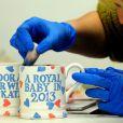 L'arrivée du bébé de Kate Middleton et du prince William fait marcher le business : à peine la grossesse annoncée, déjà des mugs font leur apparition, comme ceux-ci, faits par The Emma Bridgewater Pottery à Stoke On Trent, le 5 décembre 2012.