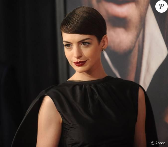 Anne Hathaway Ziegfeld Theatre: Anne Hathaway Est Superbement Gothique à La Première New