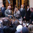 Céline Dion quitte son hôtel, le George V, pour se rendre sur le plateau de l'emission C a vous à Paris, le 28 novembre 2012