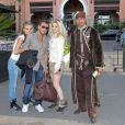 Photo exclusive ne pouvant être reproduite - Corina et Elodie entourent Alexandre de Qui veut épouser mon fils ?, saison 2, sur TF1