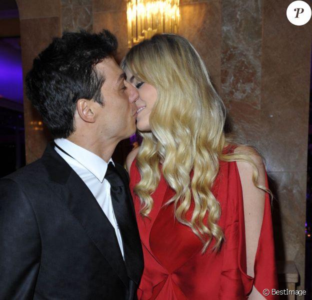 Taïg Khris et son amoureuse Petra en pleine étreinte lors de la 36e édition du prix 'The Best', aux salon Hoches à Paris, le 11 décembre 2012
