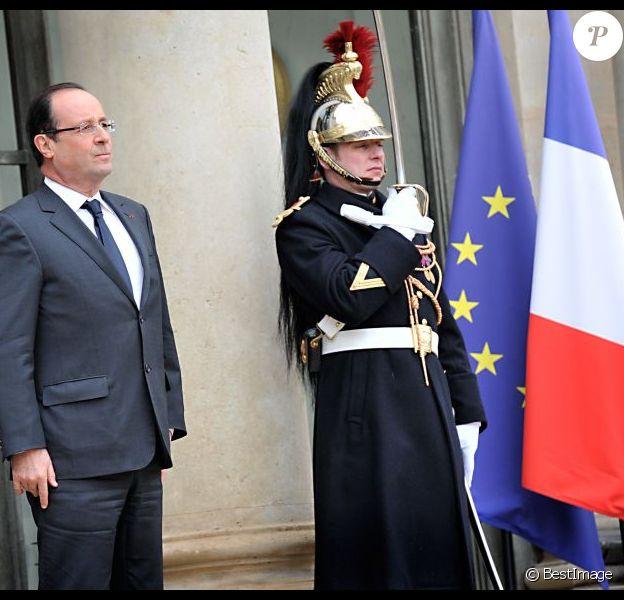 Francois Hollande sur le perron de l'Elysée, le 7 decembre 2012. Le Président français est le sujet le plus discuté sur Facebook par les citoyens.