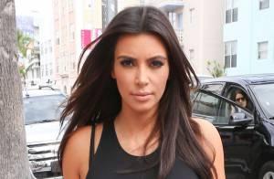 Kim Kardashian : Moulée dans une jupe en cuir, elle expose ses jolies formes