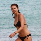 Kate Walsh, fière de son corps de rêve: Farniente sur la plage avec son amoureux