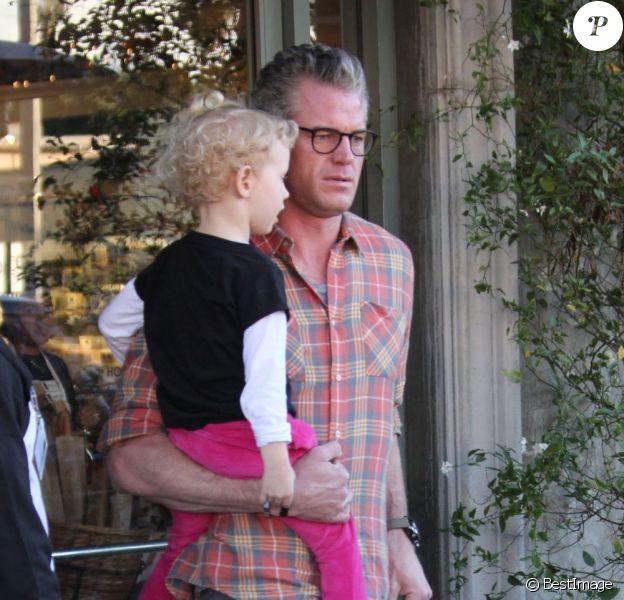 Rebecca Gayheart va déjeuner au restaurant avec son mari Eric Dane et leur fille Billie à Los Angeles, le 13 décembre 2012.