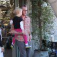 Rebecca Gayheart au restaurant avec son mari Eric Dane et leur fille Billie à Los Angeles, le 13 décembre 2012.