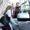 Rebecca Gayheart repart d'un restaurant où elle a déjeuné avec son mari Eric Dane et leur fille Billie à Los Angeles, le 13 décembre 2012.