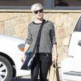 La chanteuse Pink fait du shopping en solo. Elle a été photographiée dans les rues de Los Angeles, le 15 décembre 2012.
