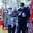 Pink, son mari Carey Hart et leur fille Willow se promènent dans les rues de Los Angeles, le 15 décembre 2012.