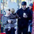 Pink, son mari Carey Hart et leur fille Willow, 1 an et 5 mois, se promènent dans les rues de Los Angeles, le 15 décembre 2012.