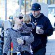 Pink, Carey Hart et leur fille Willow se promènent dans les rues de Los Angeles, le 15 décembre 2012.