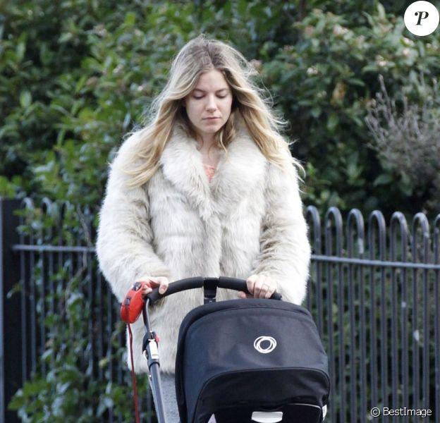 Sienna Miller et sa fille Marlowe en balade dans un parc de Londres, décembre 2012.